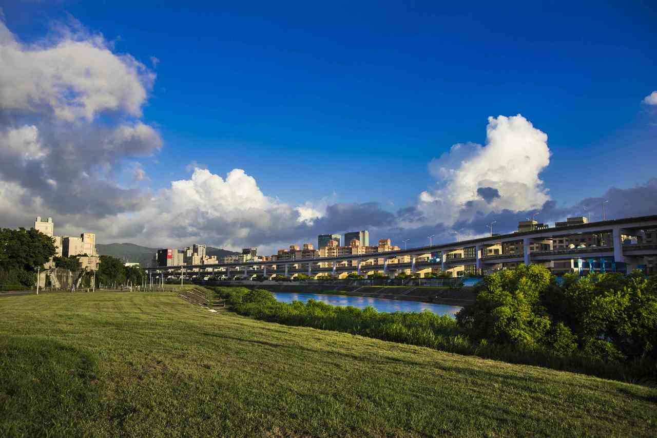 南湖右岸河濱內有大片草皮,適合全家大小踏青。圖/台北市水利處提供