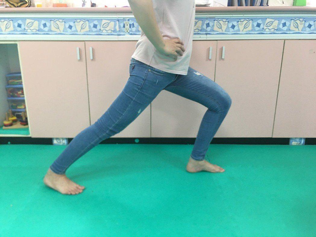 穿夾腳拖後,可透過弓箭步伸展以達到舒緩效果。圖/衛福部南投醫院提供