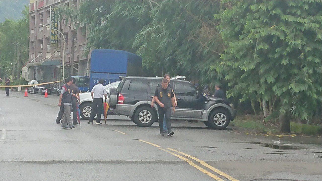 陳姓嫌犯今天凌晨被擊斃,檢警上午到場做初步相驗。記者卜敏正/攝影
