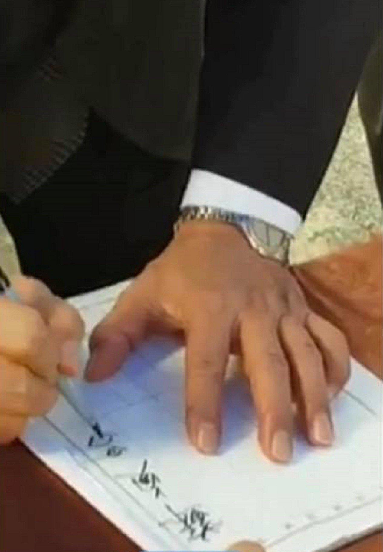 行政院長蘇貞昌日前參加一場告別式後擲筆,引發熱議。圖/翻攝自臉書