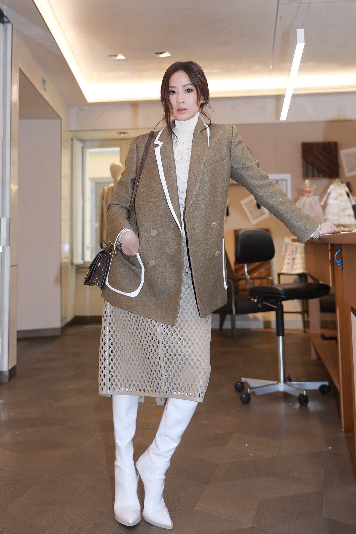 孫芸芸穿2019系列網狀設計洋裝配襯西裝外套。圖/FENDI提供