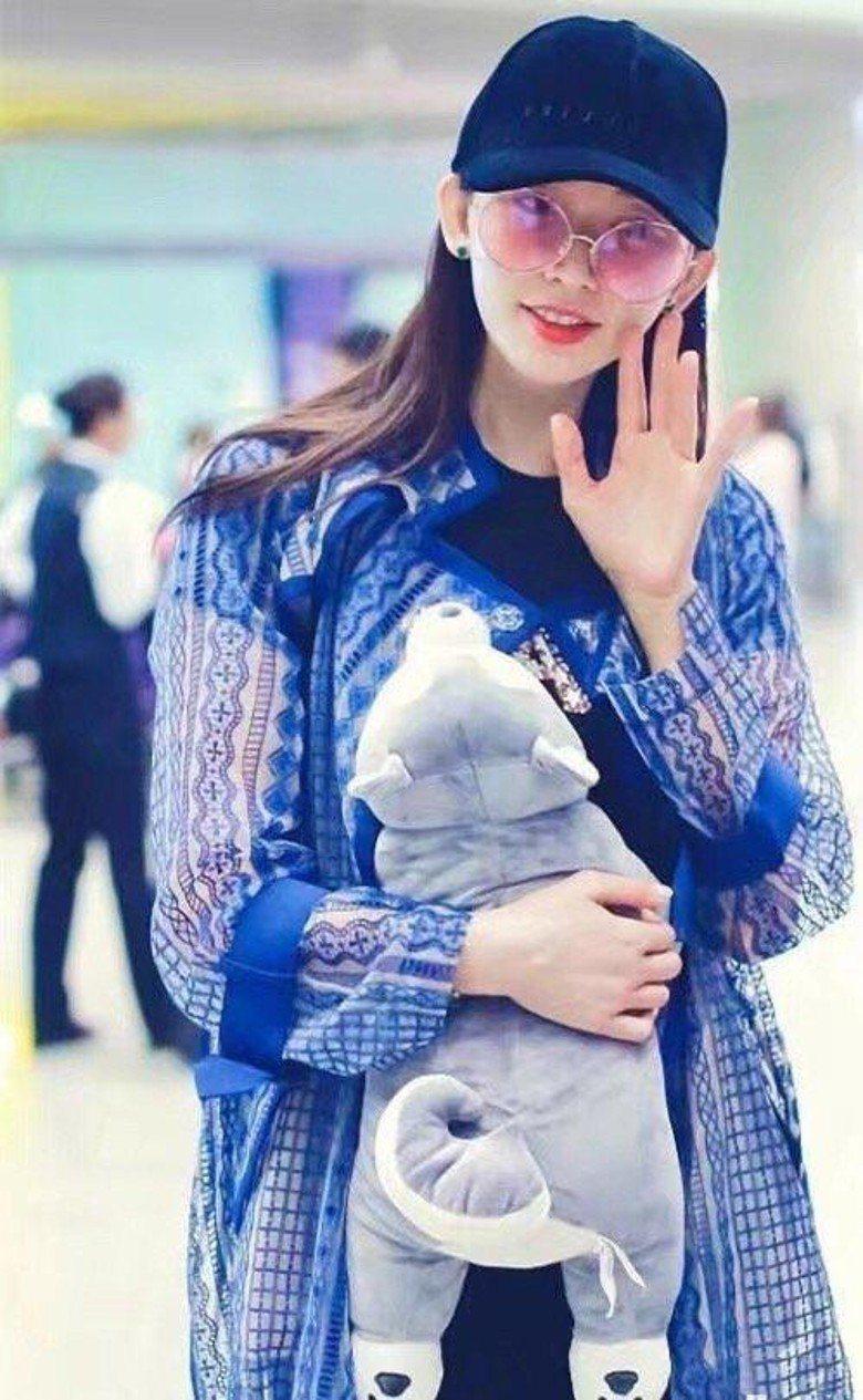 林志玲拿著娃娃遮肚。圖/摘自微博