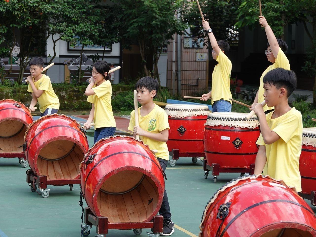石碇國小戰鼓隊孩子在大太陽下揮汗認真練習戰鼓。記者 許玉娟/攝影