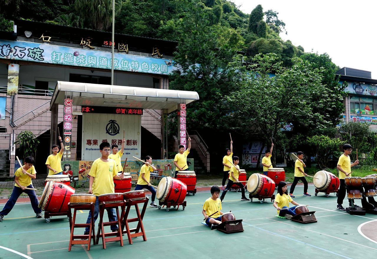 世界和平會支持石碇國小戰鼓隊「圓夢計畫」,戰鼓隊孩子的戰鼓聲迴盪山林間。