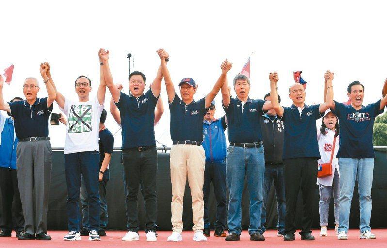 國民黨七日舉行凱道大會師,總統大選初選候選人齊聚台上, 高喊下架蔡政府。本報資料照片