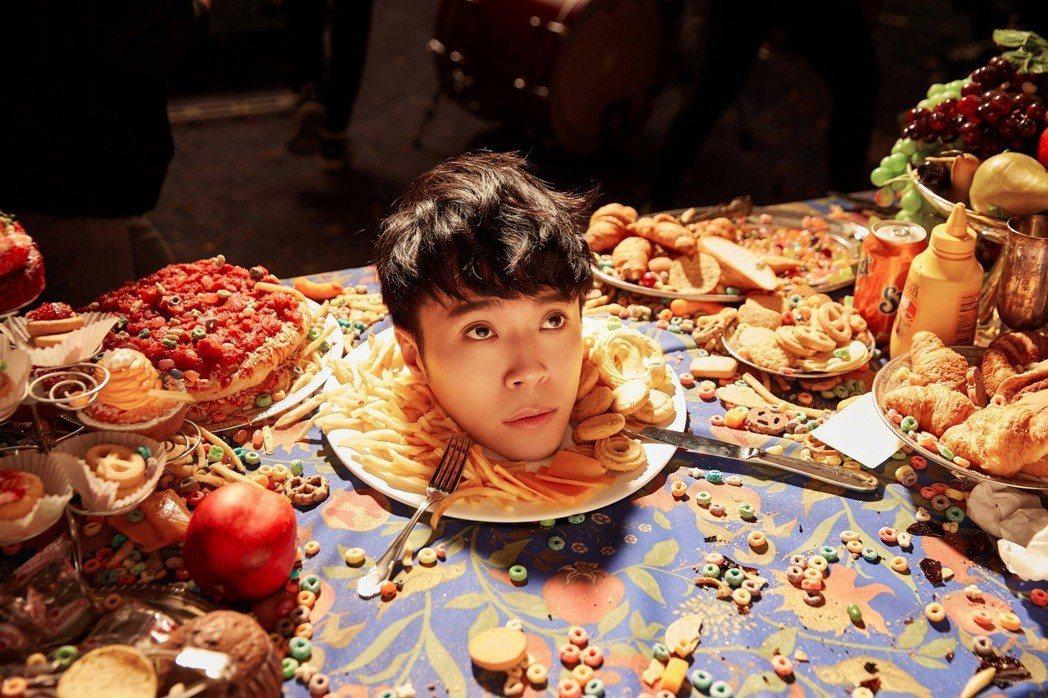吳青峰在「巴別塔慶典」MV中挑戰禁忌,斷頭成為盤中飧。圖/環球音樂提供