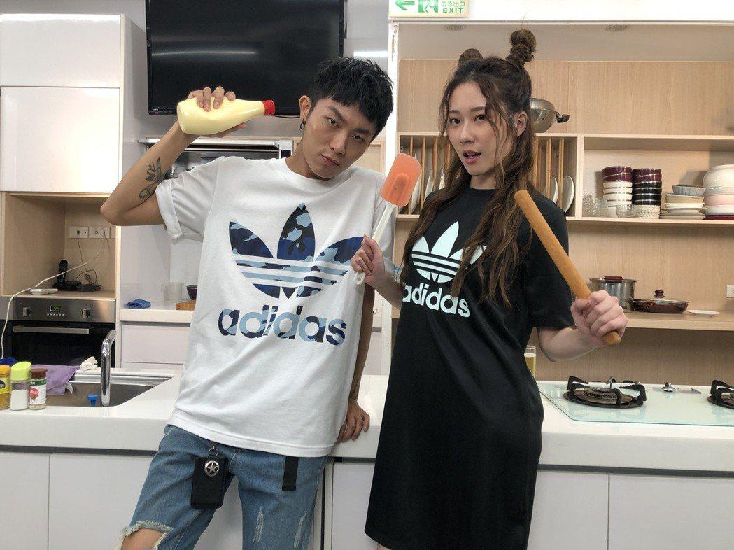 張景嵐(右)與張楷奕(Justin)本周推出罪惡泡麵料理。記者袁子梁/攝影