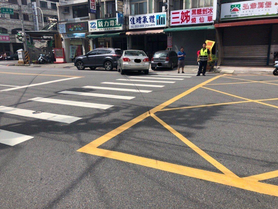 李男載友人就醫,疑黃燈搶快撞上路邊停放的鐵灰色休旅車。圖/讀者提供