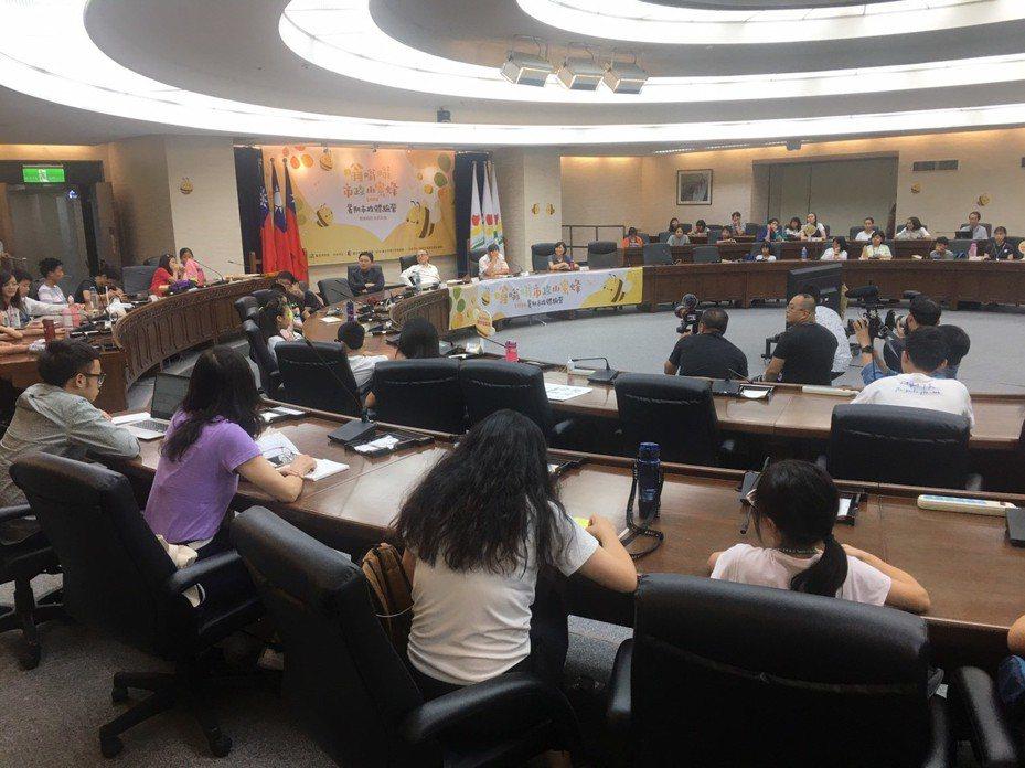 今天下午在「嗡嗡嗡市政小蜜蜂」模擬市政會議上,市長柯文哲當場表示國中小新生報到「網路登記勢在必行」。記者魏莨伊/攝影