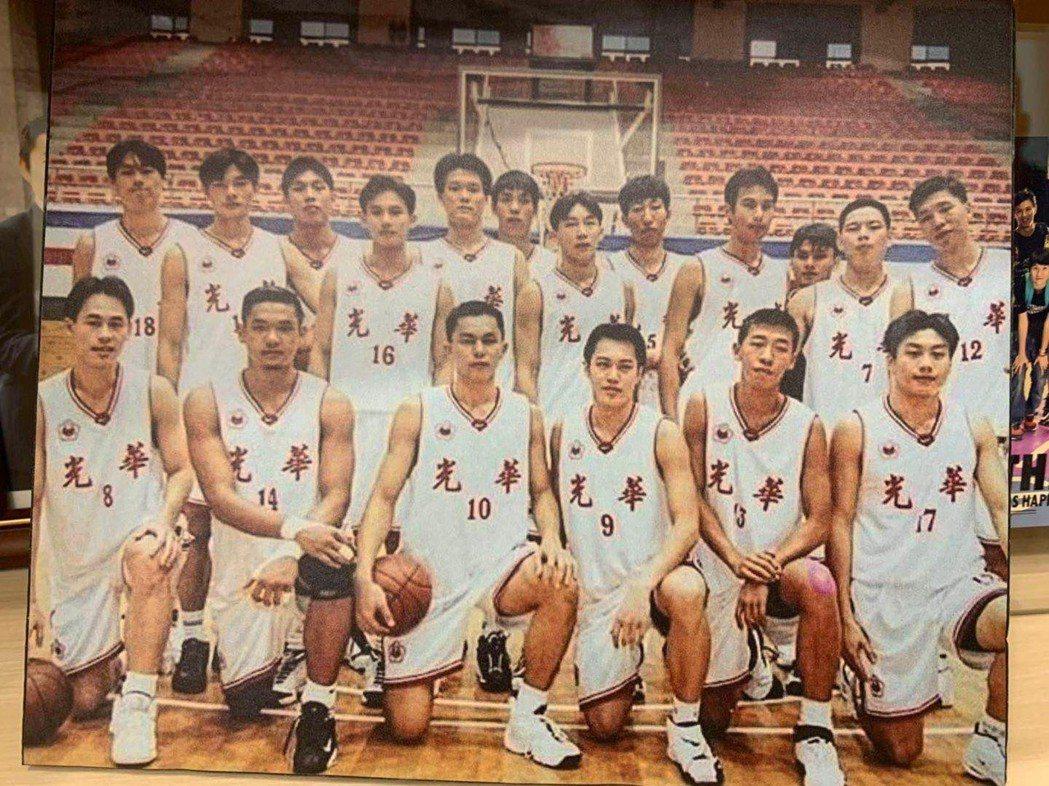 陳建州(前排左二)當年打光華隊時的模樣。圖/陳建州提供