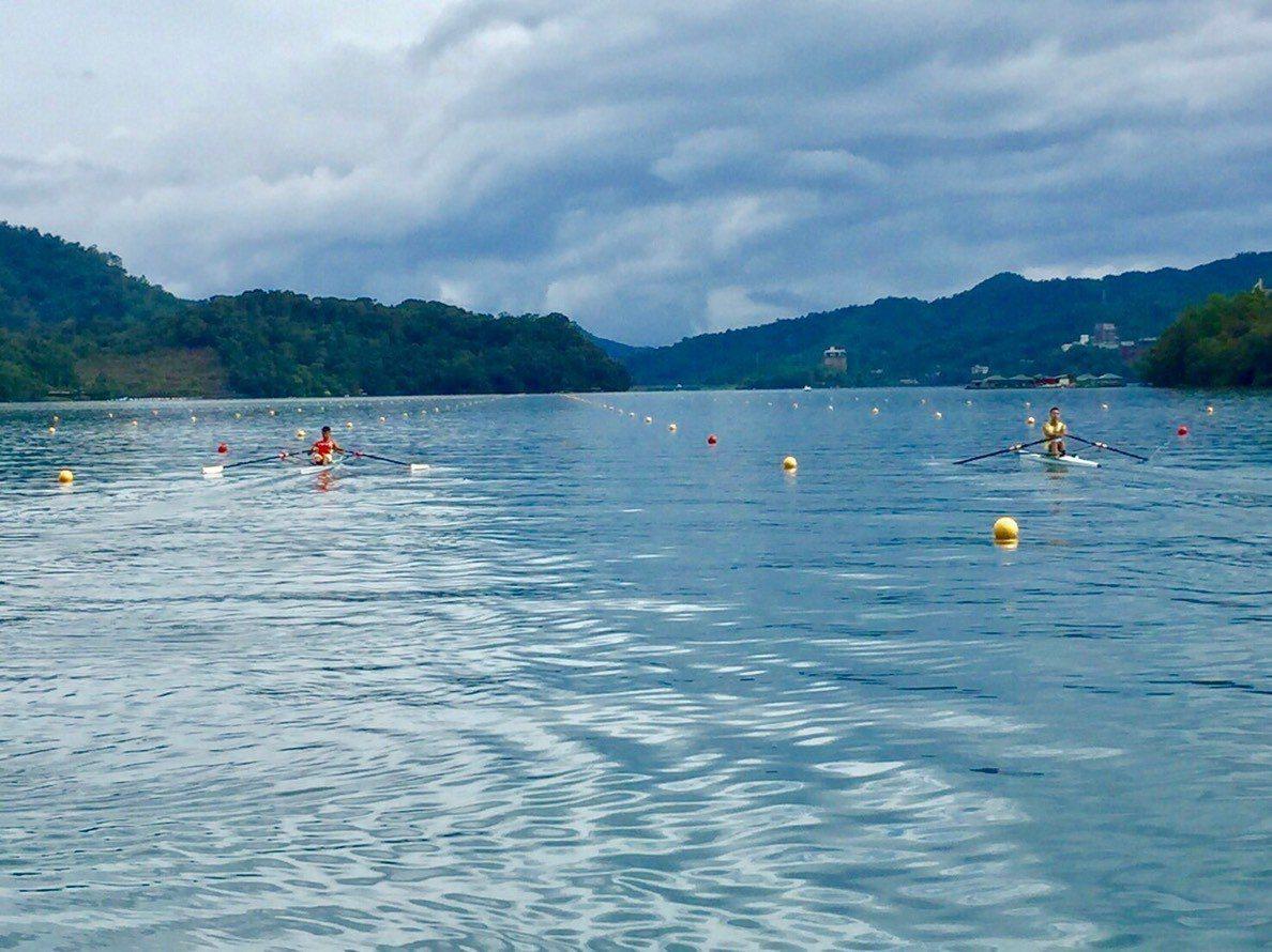 競爭激烈的西式划船對決,正在日月潭的月牙灣進行,平靜無波的潭面水質清澈,是國內重...