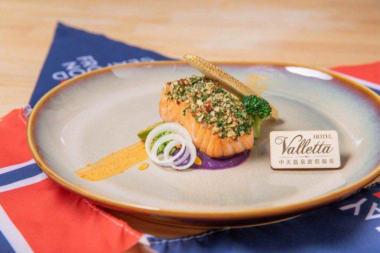 中天溫泉渡假飯店端出爐烤脆果鮭魚佐奶油海膽醬。圖/業者提供