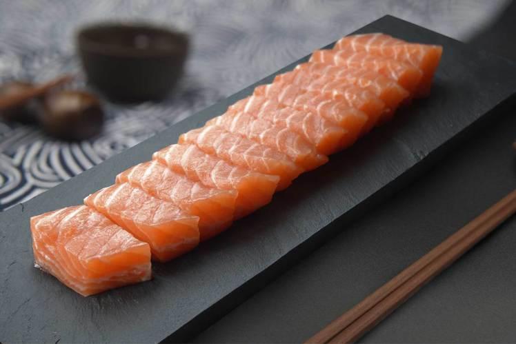 漢來海港主打挪威鮭魚生魚片。圖/業者提供