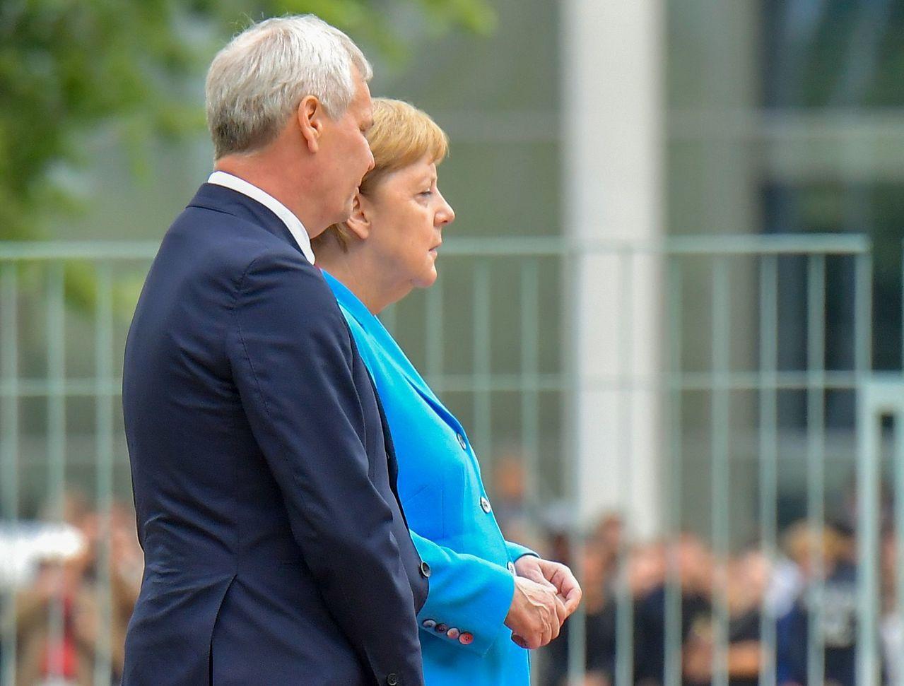 德國總理梅克爾(右)10日在柏林和芬蘭總理林內(左)會面時,再度出現全身顫抖狀況...