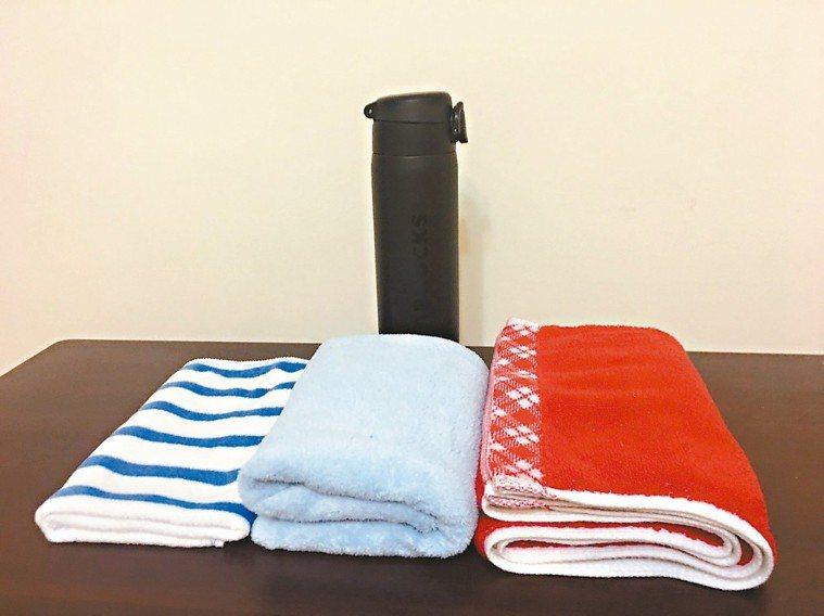 夏日喜穿透氣純棉衣,當慢跑或參加瑜伽課或有氧韻律操後,以濕毛巾拭額頭腋下與身軀易...