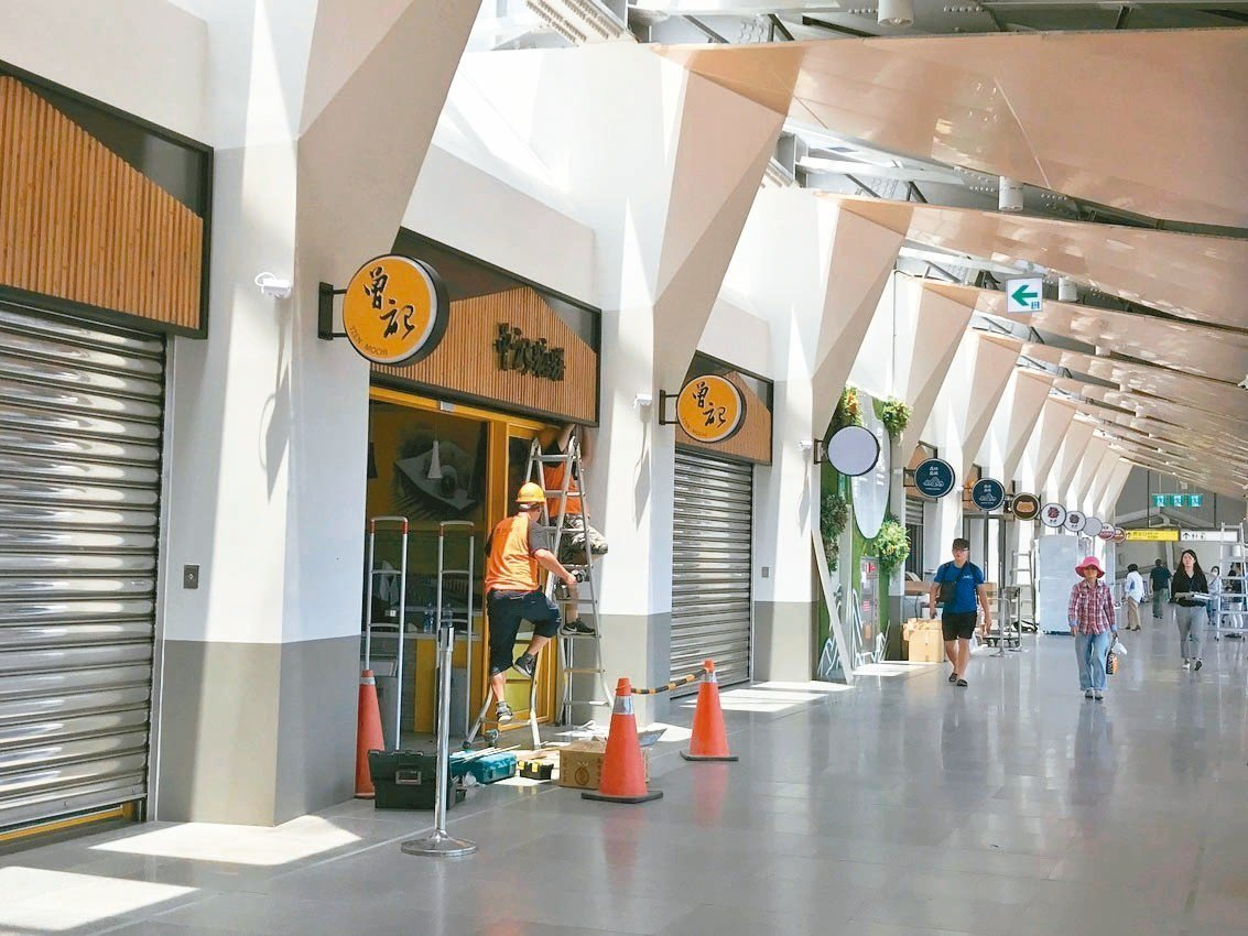 花蓮車站通往後站的自由廊道上進駐許多店家。 記者王思慧/攝影