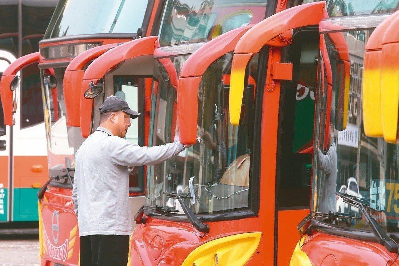 防客運司機過勞,多個業者包括阿羅哈客運、國光客運等規畫雙車雙駕駛。 圖/聯合報系...