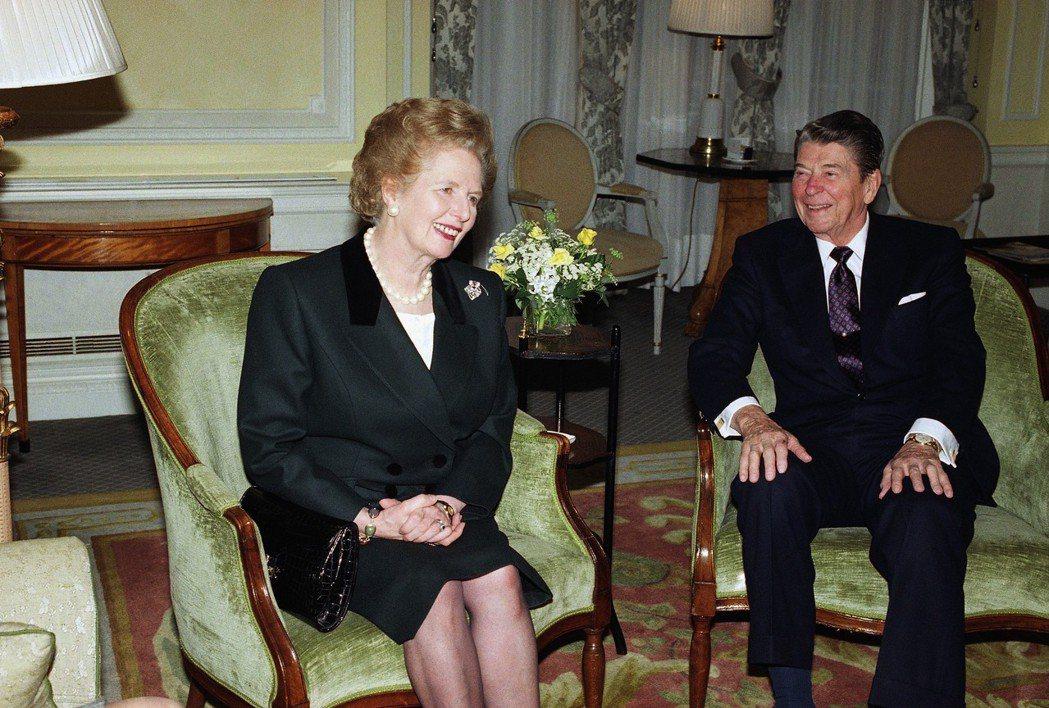 英國前首相柴契爾夫人(左)和美國前總統雷根(右)。 (美聯社)