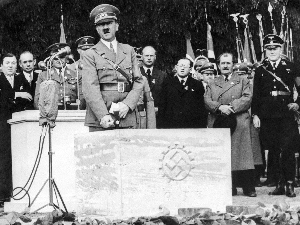 納粹頭子希特勒(中)。 (美聯社)