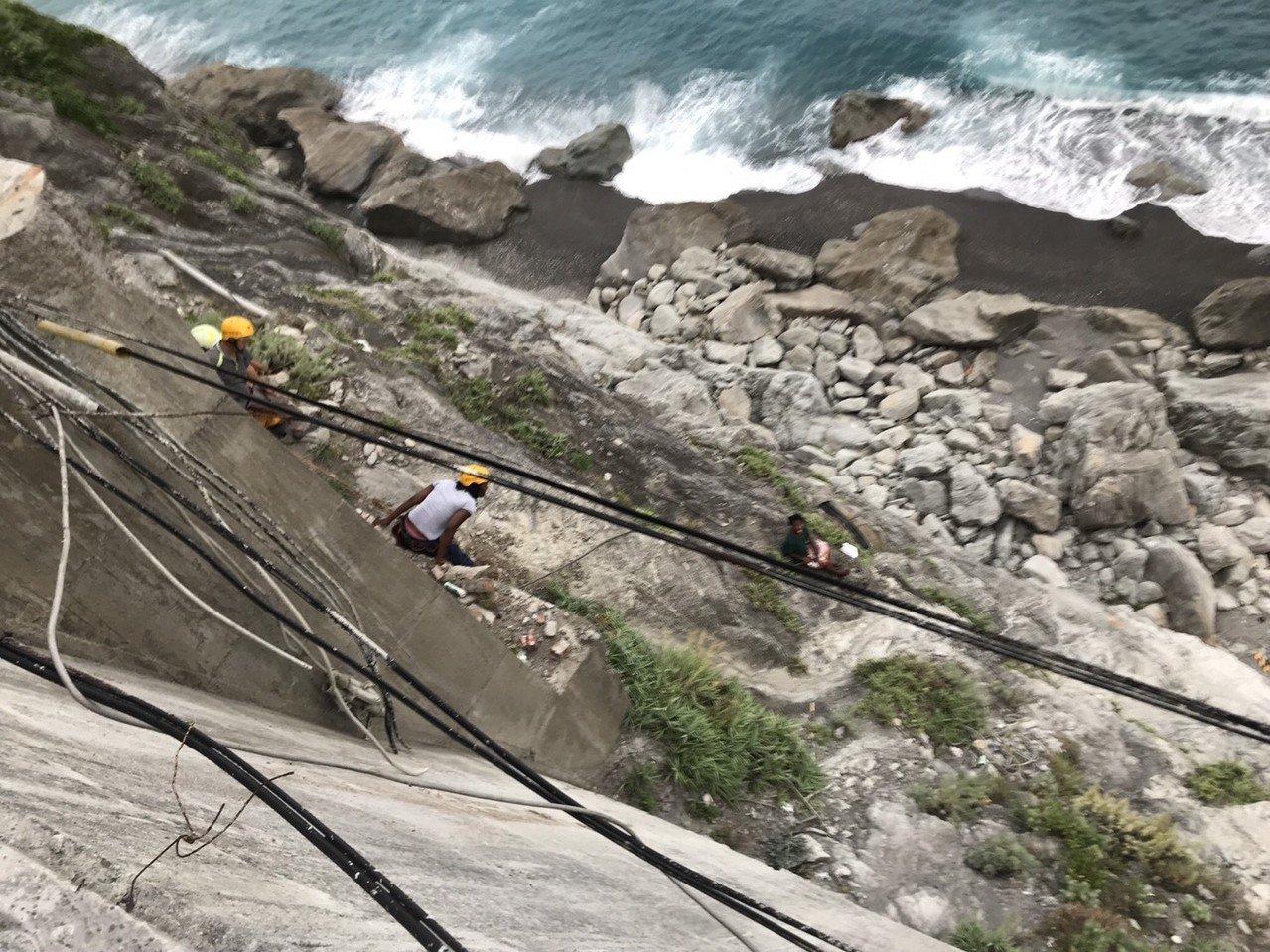 一名外籍女交換生昨天在清水斷崖徘徊,與救援人員僵持10多個小時,終被救出。 圖/...