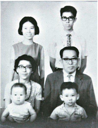 亮軒(後排右一)全家福。 圖/亮軒提供