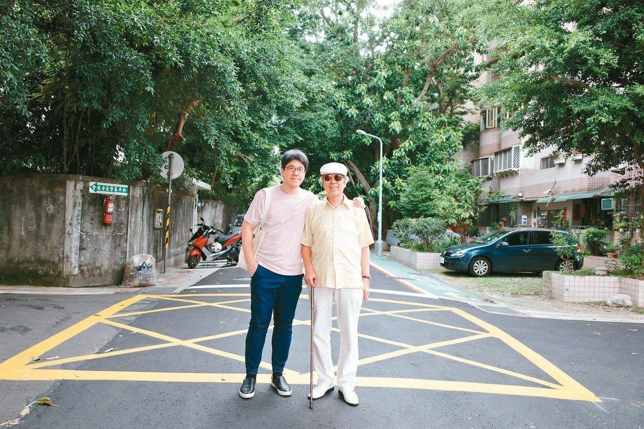 亮軒(右)的兒子馬世芳是音樂人,也是作家。