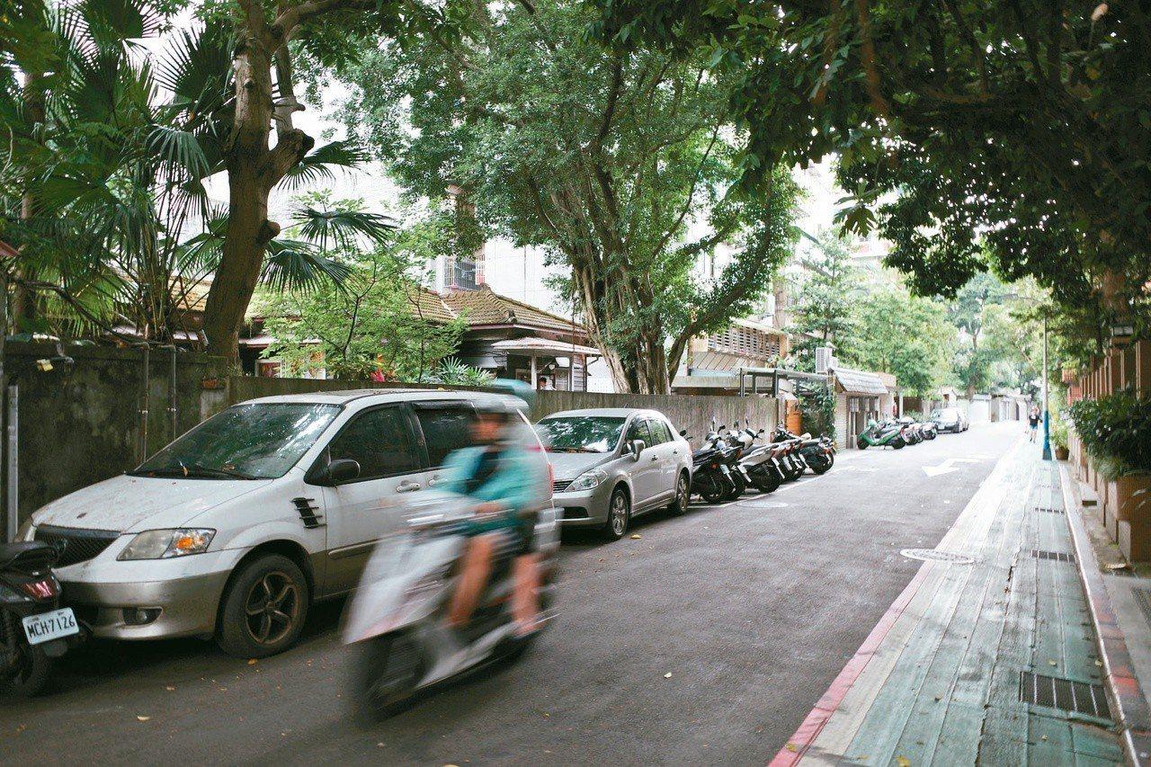 和平東路附近的巷子蒼鬱幽深。
