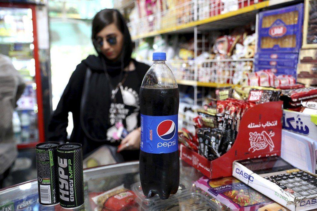 美伊關係緊張,但伊朗民間吹起美國風,可口可樂和百事可樂進入人民的日常生活。 (美...