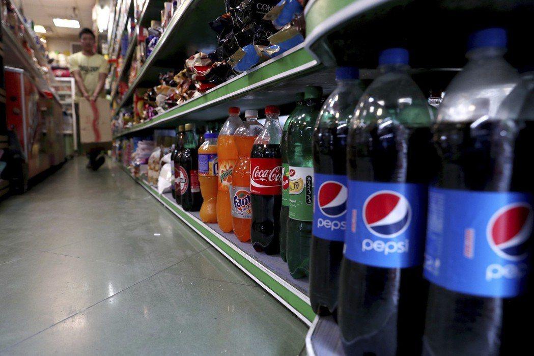德黑蘭一間雜貨店陳列的美國品牌飲料。 (美聯社)