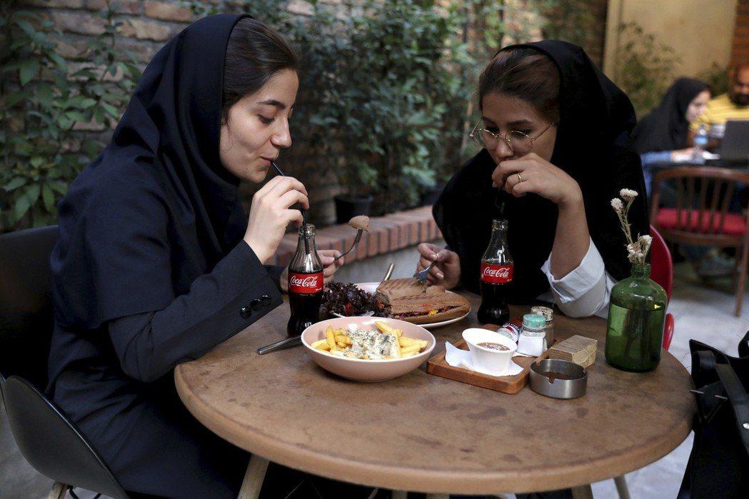 飯後來一瓶可口可樂已成為伊朗人的習慣之一。 (美聯社)