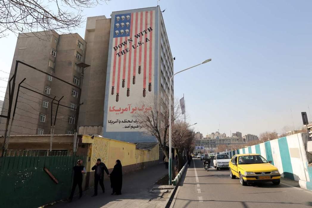 德黑蘭街頭一棟建築外牆漆著「美國去死」標語。 (法新社)