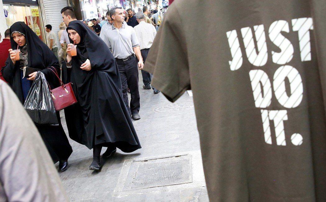 伊朗德黑蘭街頭販售的美國品牌運動服飾。 (歐新社)