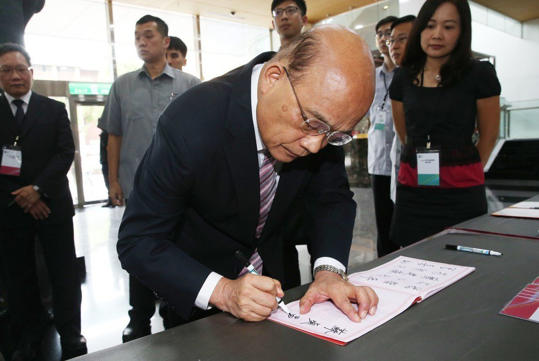 行政院長蘇貞昌接受媒體聯訪,嚴肅澄清日前赴屏東弔唁簽名時,摔筆的事件是移花接木假...