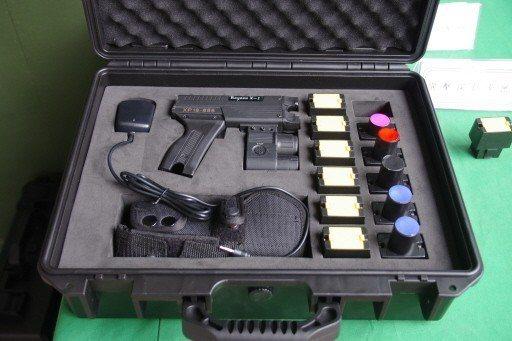 整套的電擊槍,六個黃色卡匣是放電探針,紅、黑、藍色卡匣則可發射辣椒彈、橡膠彈、震...