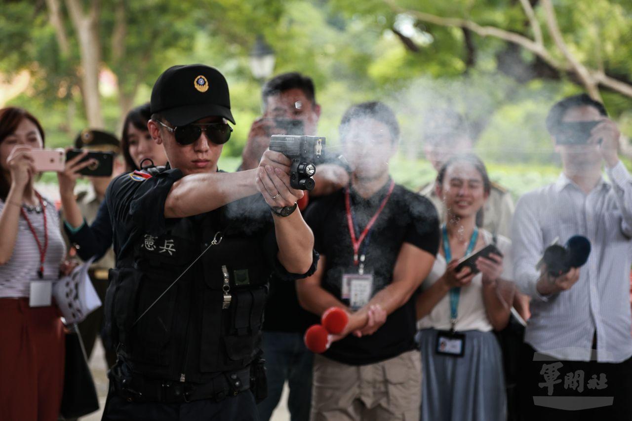 憲兵示範發射電擊槍,今年6月起,配屬衛戍區衛哨勤務人員使用。圖/軍聞社