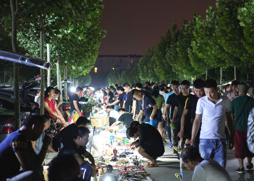 北京「鬼市」凌晨開市,太陽出來時就消失,像鬼一樣來去無影。 圖/鳳凰網