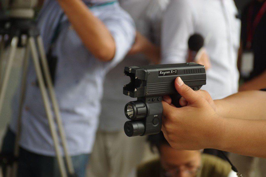 電擊槍的槍口沒有裝上發射卡匣時,可以作為一般電擊棒使用,槍口下方是LED燈與攝影...