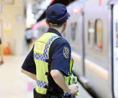 嘉義鐵路警察李承翰遭逃票乘客持刀刺傷不治,內政部承諾採購電擊槍作為執勤裝備,圖為...