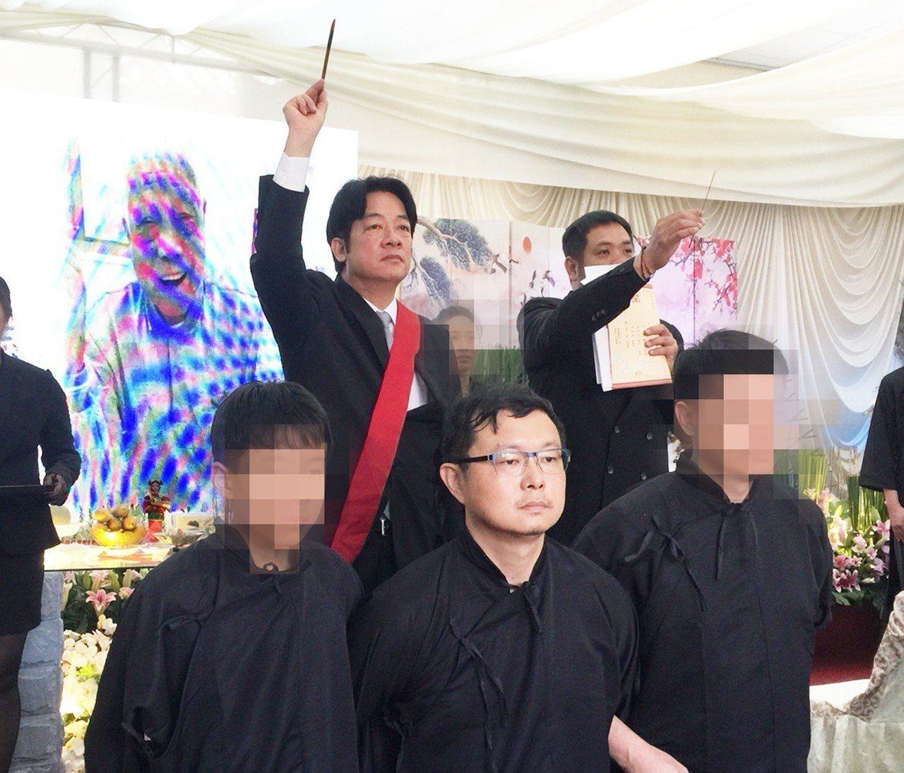 告別式的中的「點主」儀式,有時會請地方首長、官員擔任「點主官」,家屬跪地雙手向後...