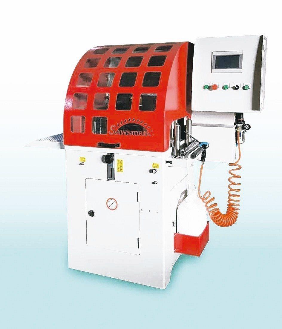 冠盛機械研發的自動送料圓鋸機,可彈性搭配自動送料或自動定位系統使用。 冠盛機械/...