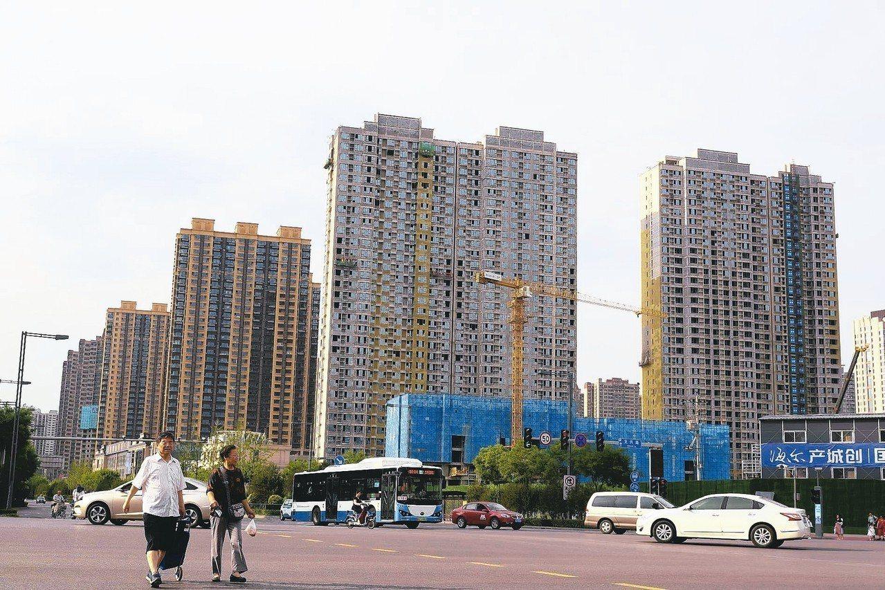 大陸房市下半年調控將趨嚴。圖為興建中的山西太原市大樓。 中新社