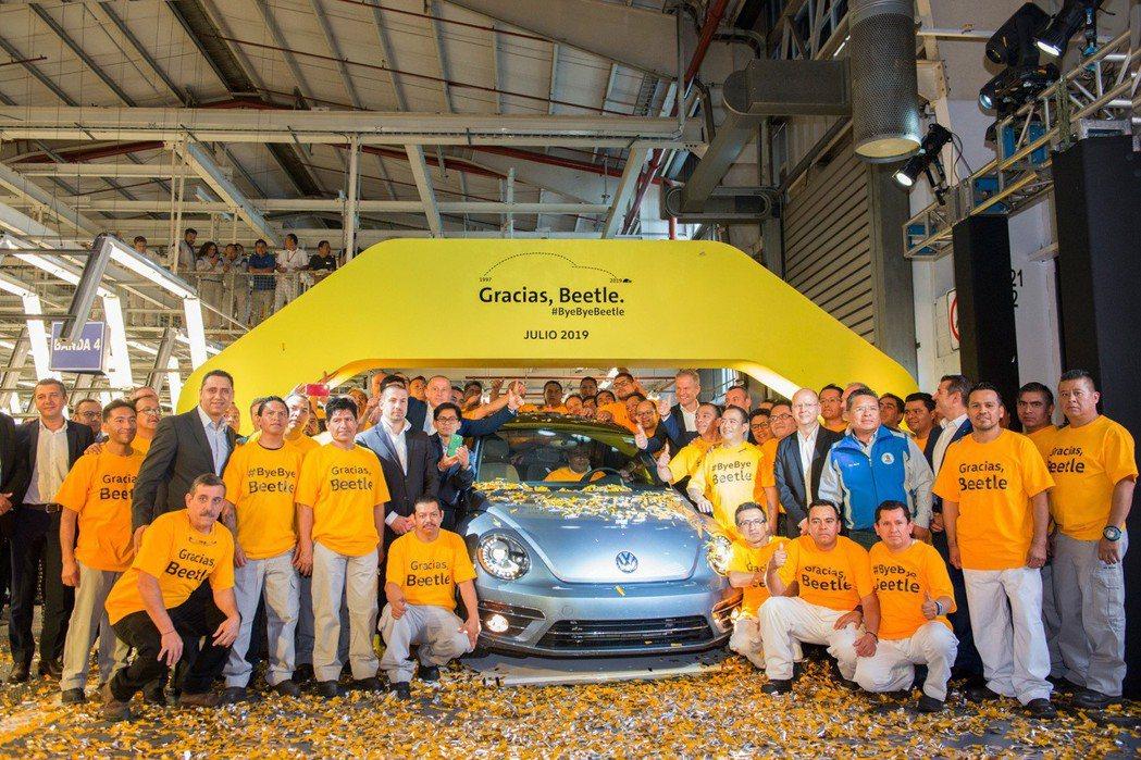 發行超過80年的Volkswagen Beetle,在10日於墨西哥工廠送走最後...