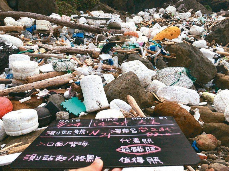 新北市瑞芳區台2線83.2K處,是全台海廢最多的海岸。 圖/綠色和平提供