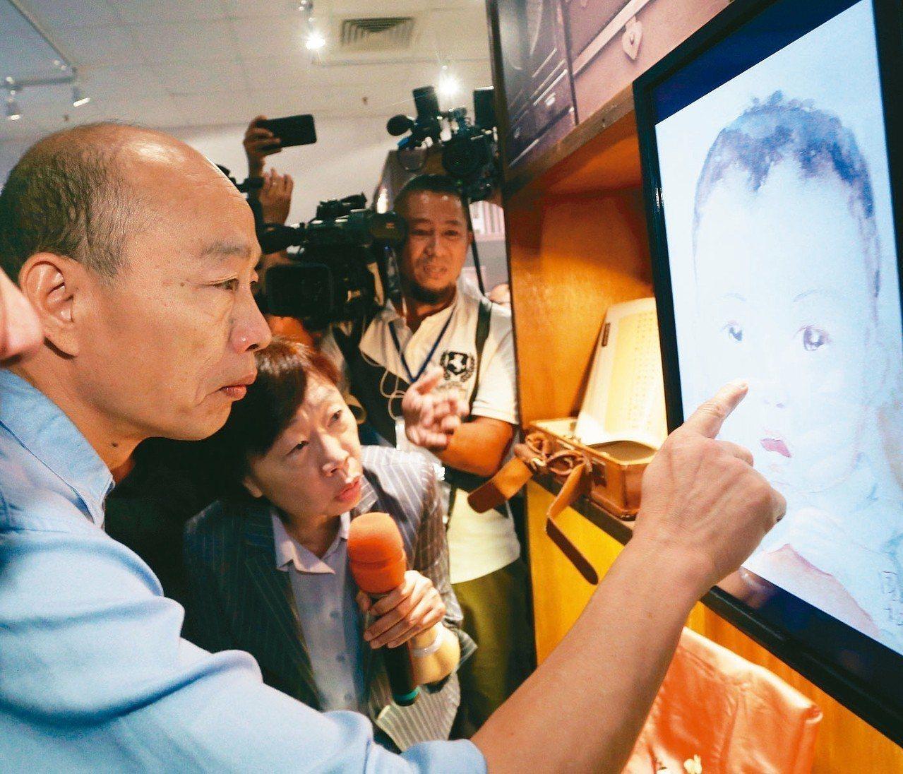 高雄市長韓國瑜上午到大東藝文中心參加「我的兩岸故事」特展開幕典禮,並參觀過去眷村...