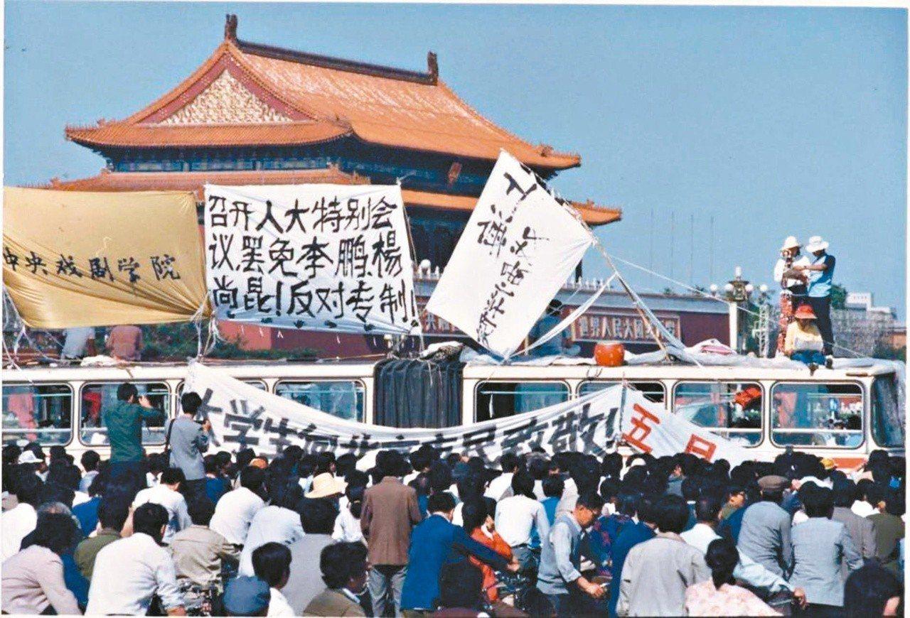 1989年六四天安門事件,學生們在天安門前掛出標語要求罷免李鵬、楊尚昆,反對專制...