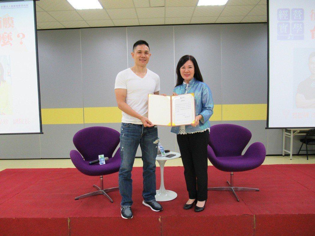 商研院副院長張皇珍(右)代表致贈感謝狀予佐見啦生技執行長李昆霖。 商研院/提供。