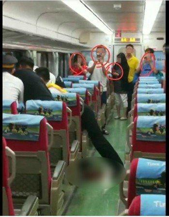 網友質疑車廂內的乘客只錄影「見死不救」。圖/擷取自爆怨公社