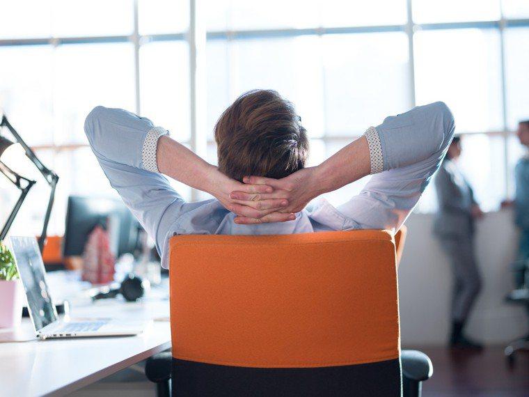 大家都知道久坐屁股會變大,可不只這樣,久坐還猶如慢性自殺。圖/ingimage