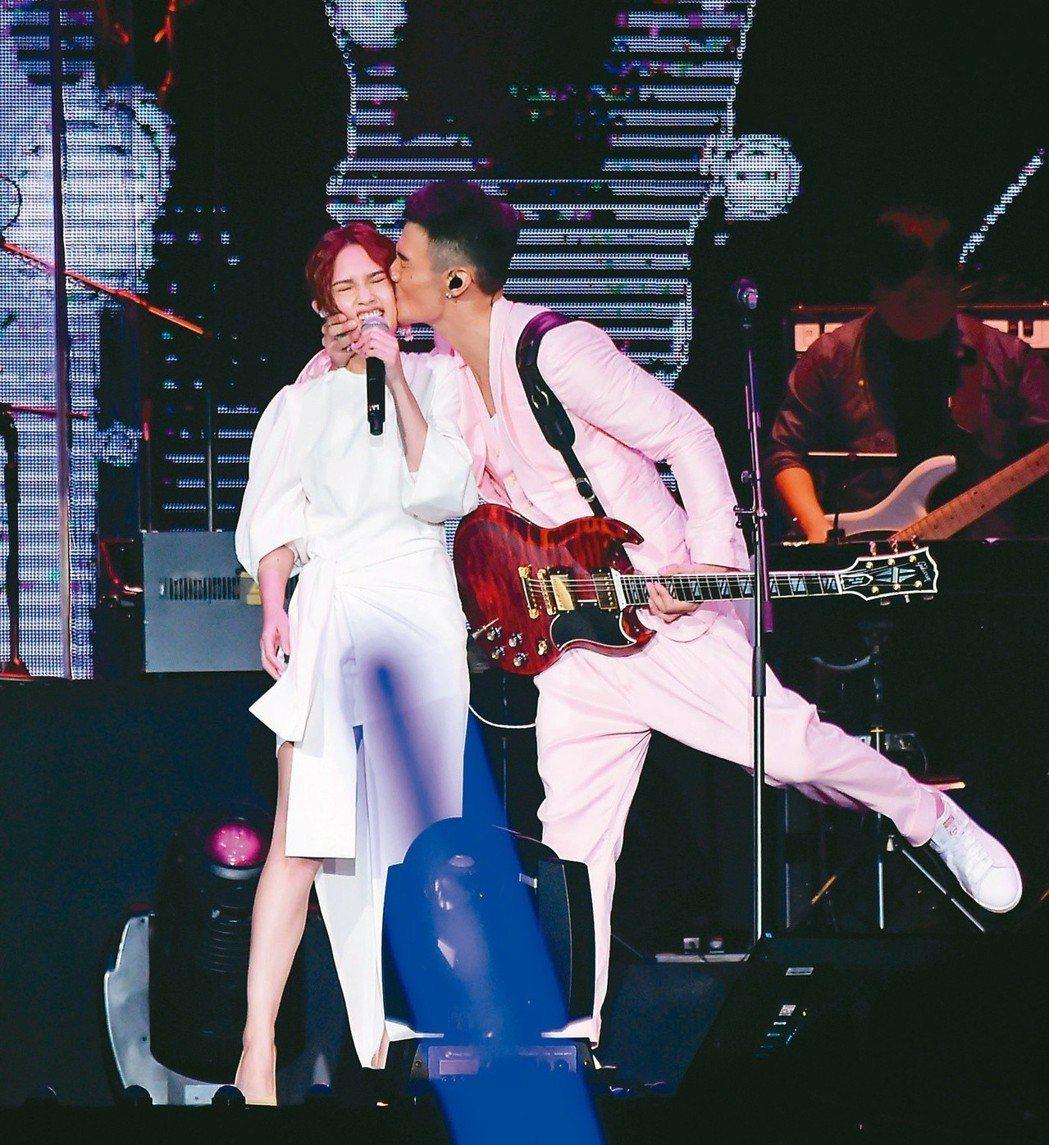 李榮浩曾在演唱會開心親吻楊丞琳。 圖/聯合報系資料照