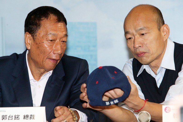 國民黨總統初選民調激烈,領先群的韓國瑜(右)和郭台銘陣營在選後能不能整合,各方關...